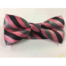 Pajarita rosa con rayas negras y gris